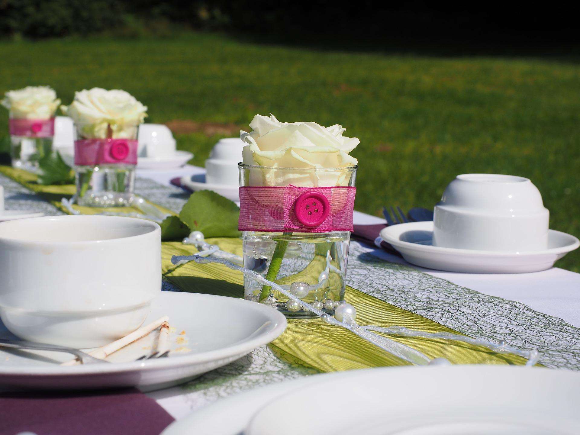 stół z dekoracją weselną
